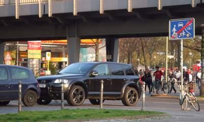 Am Lausitzer Platz stellt sich ein Auto in den Kreuzungsbereich mitten auf Fuß- und Radweg.